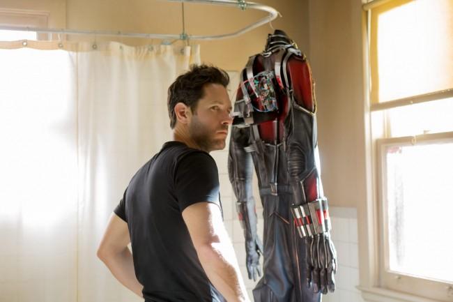 앤트맨이 착용하는 슈트와 헬멧은 몸을 자유자재로 줄이고 늘리는 그 이상의 복잡한 기능이 필요하다. - 월트 디즈니 컴퍼니 코리아 제공